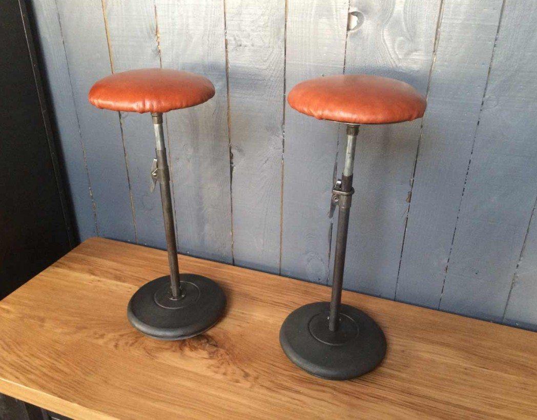 tabouret d 39 atelier en cuir. Black Bedroom Furniture Sets. Home Design Ideas