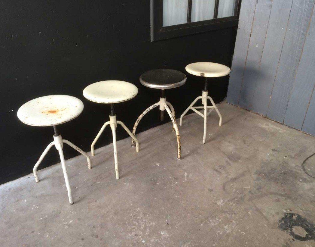 anciens tabourets tripods m tal. Black Bedroom Furniture Sets. Home Design Ideas