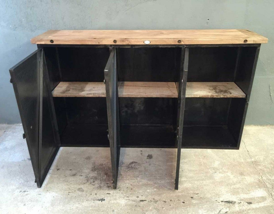 buffet industriel bois et m tal des ann es 40 bois massif et portes gaufr es. Black Bedroom Furniture Sets. Home Design Ideas