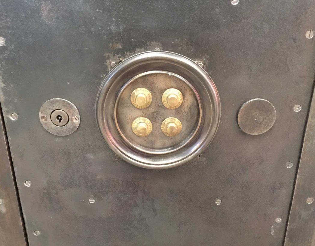 ancien-coffre-fort-rivete-deco-industrielle-5francs-6