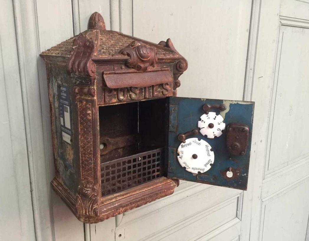 ancienne boite aux lettres en fonte delachanal. Black Bedroom Furniture Sets. Home Design Ideas