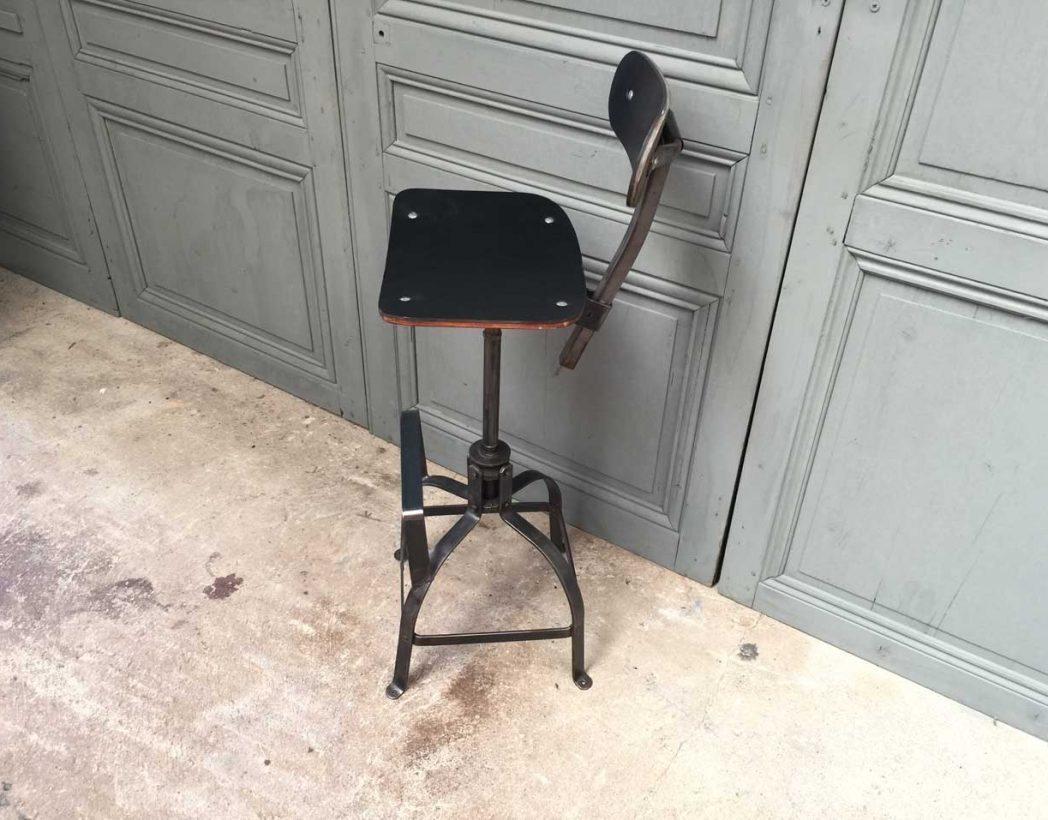 Chaise haute bienaise avec assise en cuir noir chaise de for Chaise industrielle haute