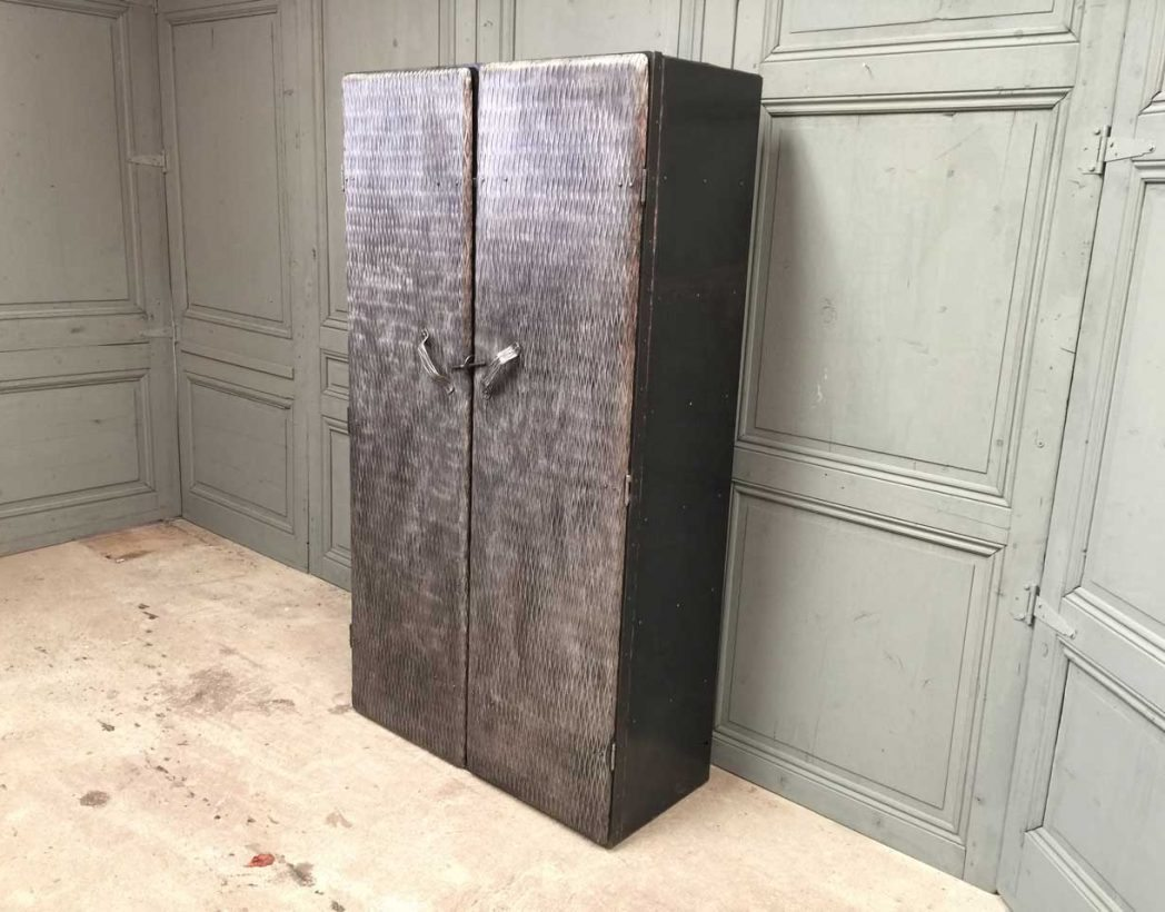 ancienne armoire d 39 atelier enti rement rivet e mobilier. Black Bedroom Furniture Sets. Home Design Ideas