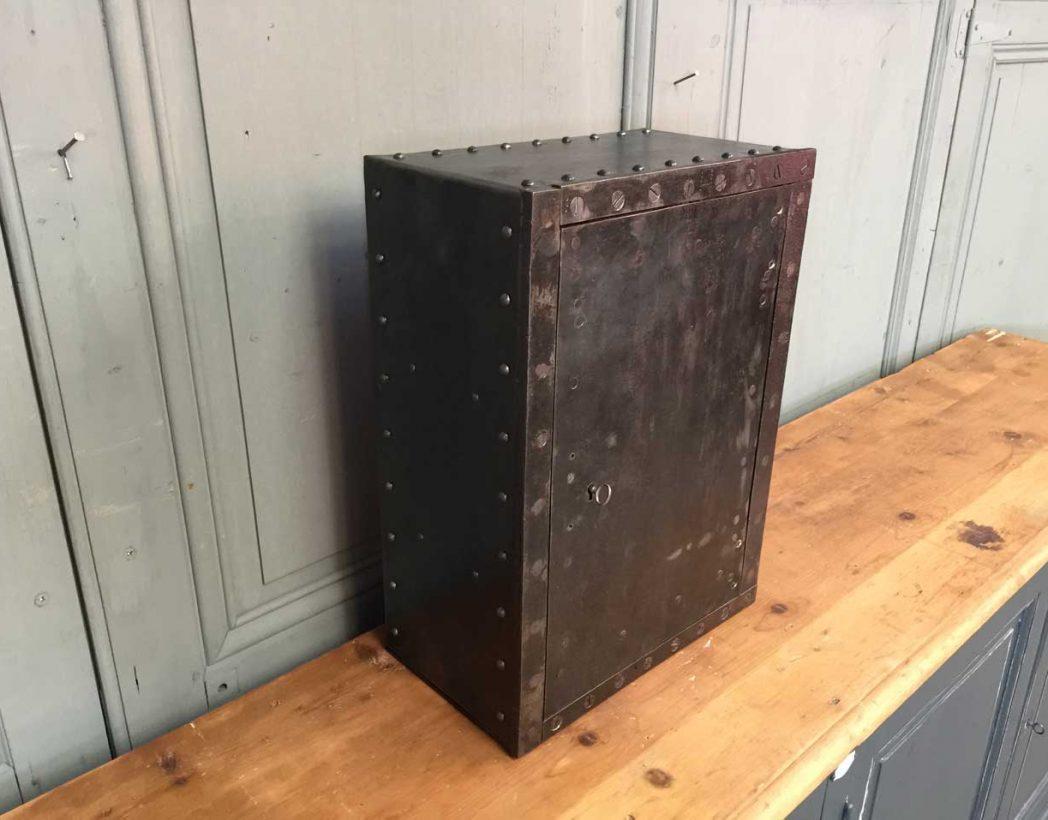 petit-coffre-fort-rivete-1900-5francs-deco-industrielle-3