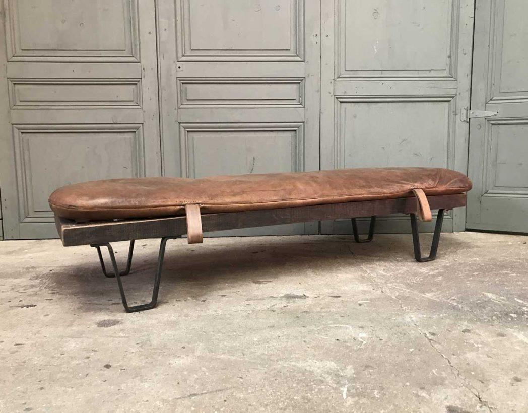 banc daybed ancien tapis cuir. Black Bedroom Furniture Sets. Home Design Ideas