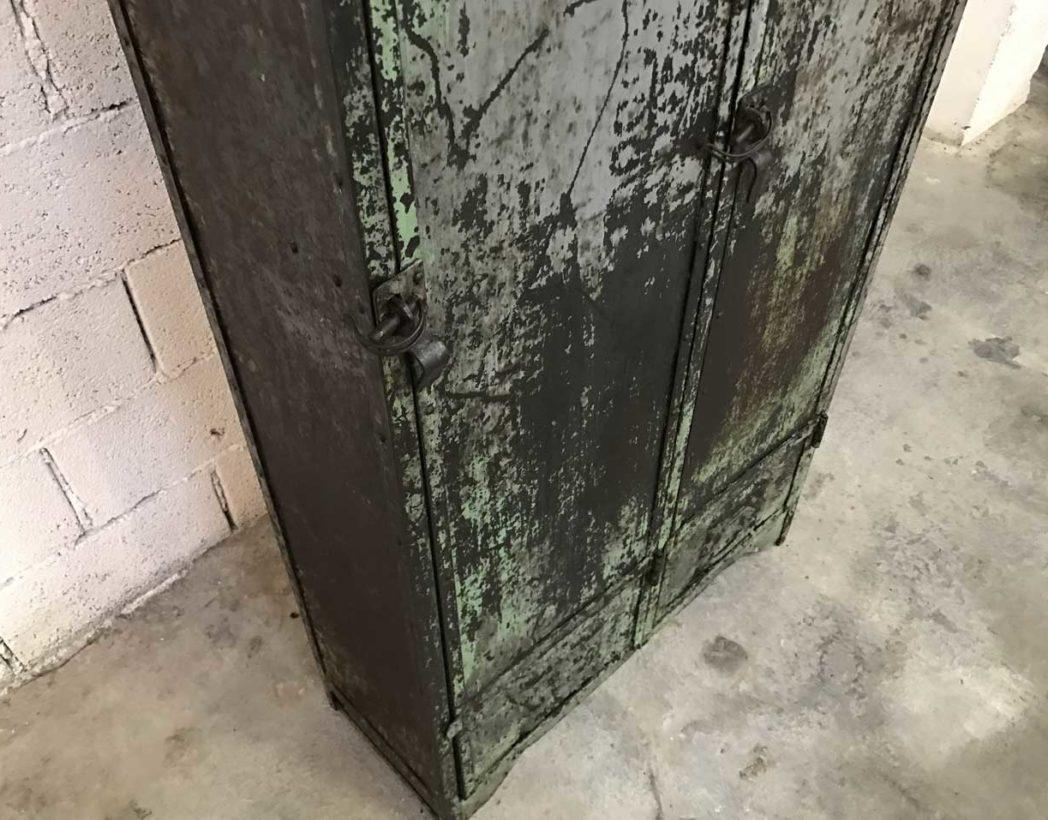 ancien-vestiaire-rivete-2-portes-metal-patine-grise-verte-atelier-industriel-5francs-4
