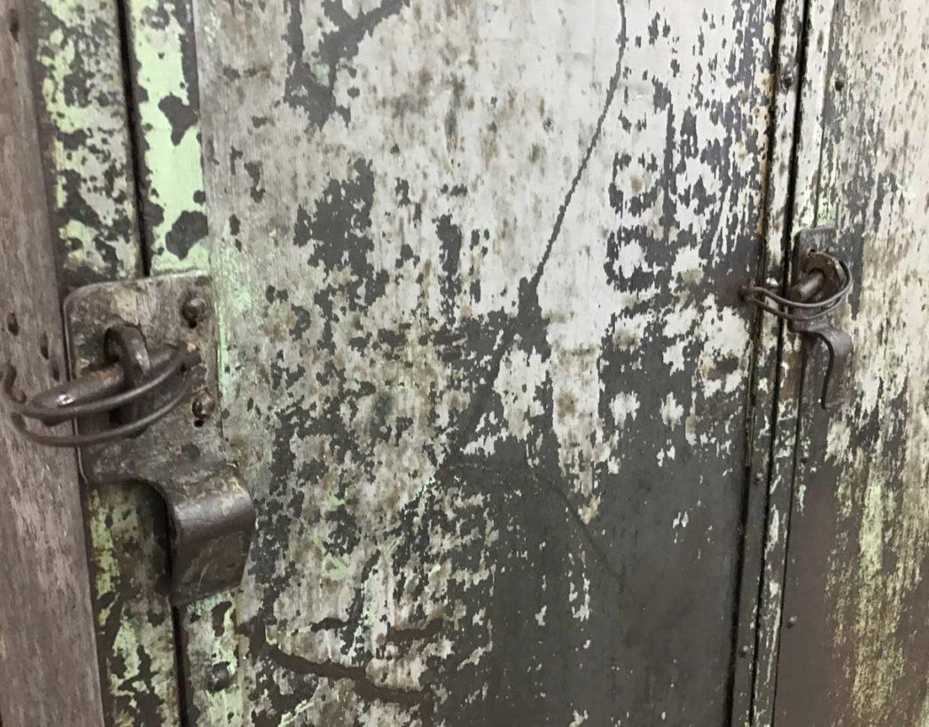 ancien-vestiaire-rivete-2-portes-metal-patine-grise-verte-atelier-industriel-5francs-5