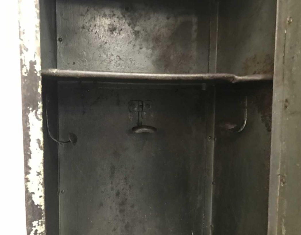 ancien-vestiaire-rivete-2-portes-metal-patine-grise-verte-atelier-industriel-5francs-8