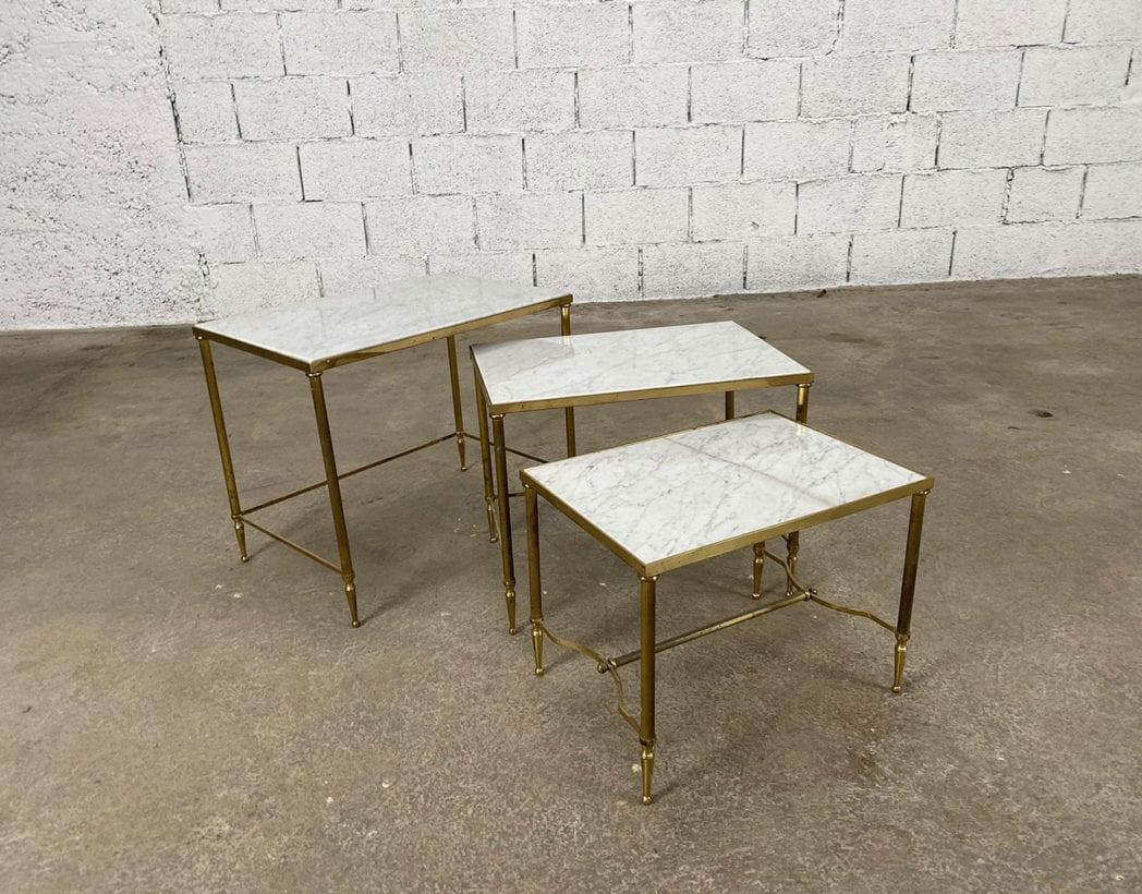Belle série de tables gigognes années 70 en laiton doré et marbre de carrare de la Maison Jansen.